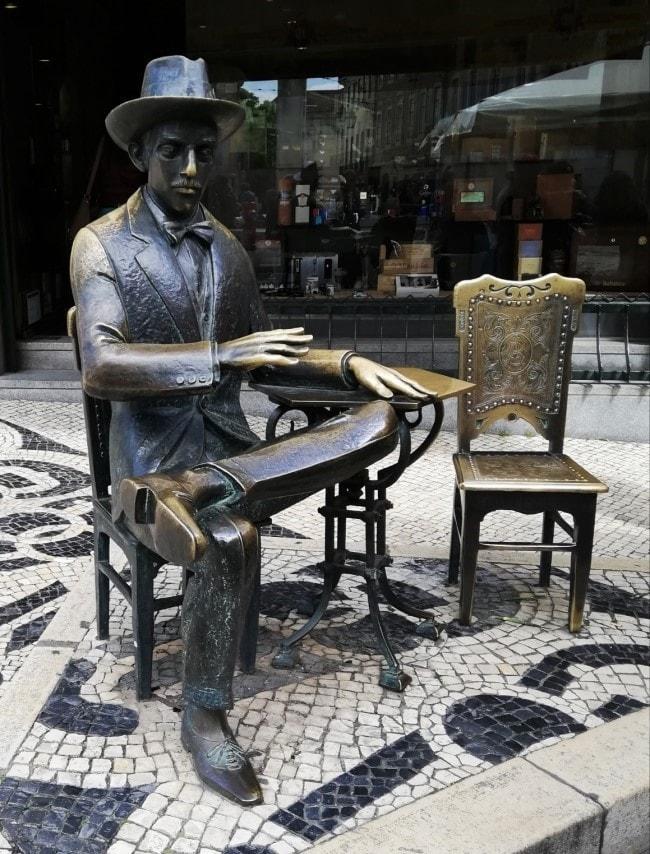 Statua di Pessoa Lisbona
