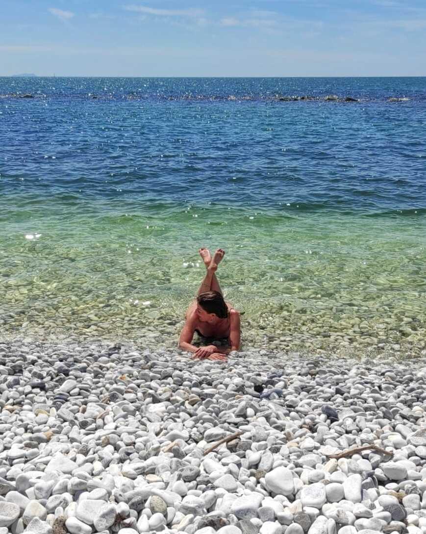 marina di pisa spiaggia sassi bianchi